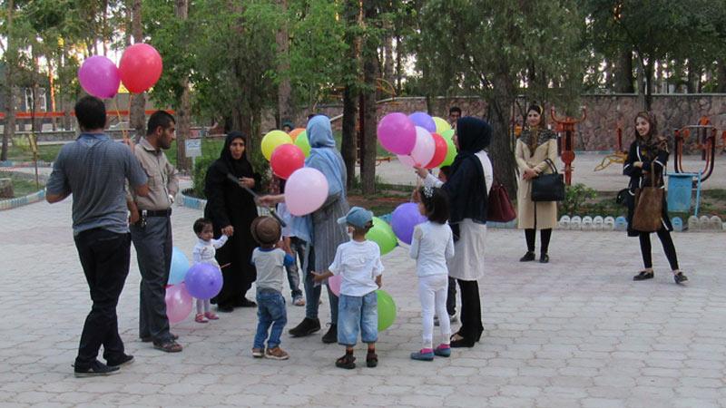 اجرای موسیقی گروه صهبا با حضور کودکان مبتلا به سرطان در پارک ۸ شهریور سمنان