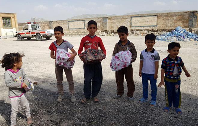 هدیه سرکارخانوم دکترعزیززاده به کودکان زلزله زده سرپل ذهاب روستای ازگله