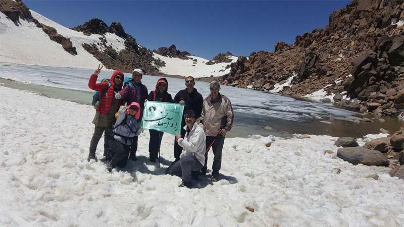 اهتزاز پرچم راه آسمان بر فراز قله سبلان سومین قله بلند ایران توسط حامیان ورزشی راه آسمان 17تیر97