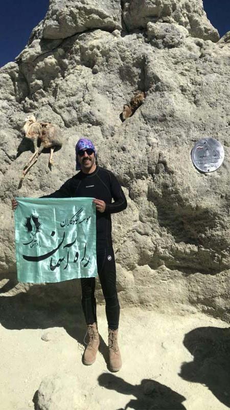 اهتزاز پرچم راه آسمان بر فراز قله دماوند توسط حامی ورزشی موسسه آقای عرب
