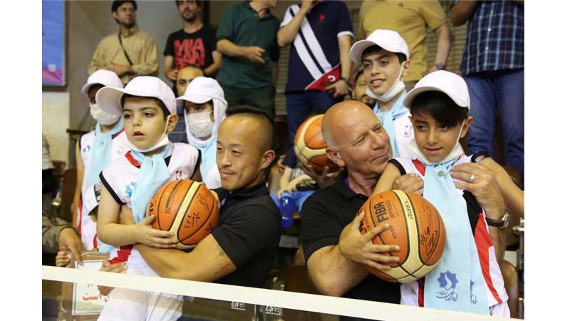 """ابراز محبت """"فردریک کالور، توری لی"""" دو نماینده FIBA به کودکان راه آسمان؛مهمانان ویژه این مراسم"""