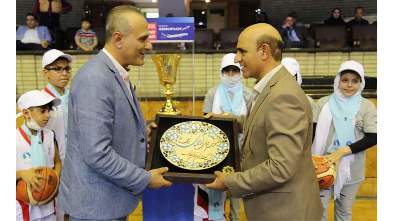 اهداء یادگاری بنیاد راه آسمان به طباطبایی رئیس فدراسیون بسکتبال ایران در مراسم کاپ جام جهانی FIBA