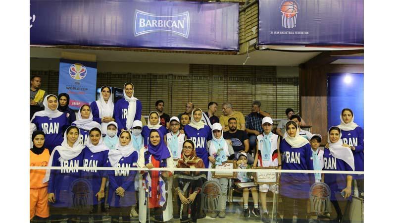 همراهی بانوان اعضای تیم ملی بسکتبال با کودکان راه آسمان در مراسم کاپ جام جهانی FIBA