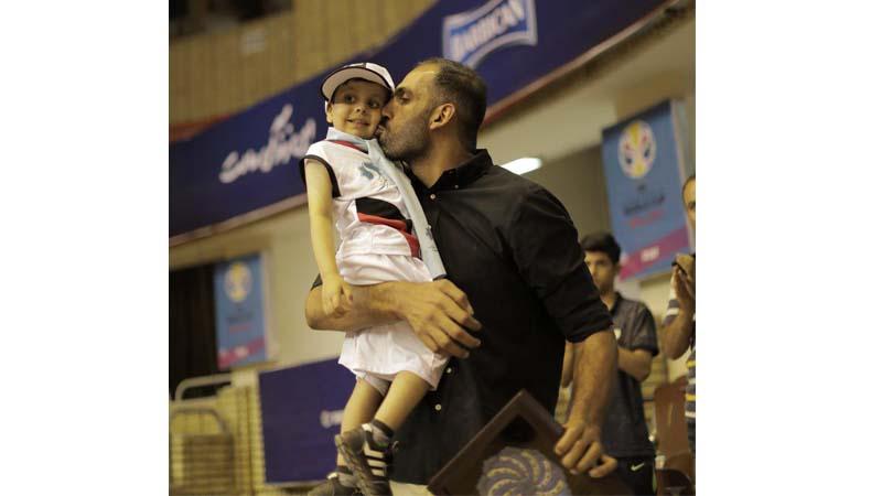 ابراز محبت حامد حدادی ورزشکار حامی بنیاد به کودک همراه راه آسمانی
