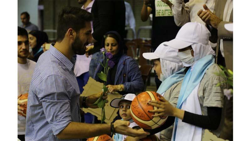 مهربانی اعضای تیم ملی بسکتبال ایران با کودکان راه آسمان؛ میهمانان ویژه مراسم کاپ جام جهانی