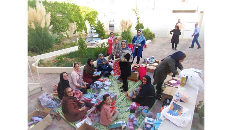 بسته بندی کردن لوازم التحریر برای دانش آموزان تحت پوشش بنیاد راه آسمان