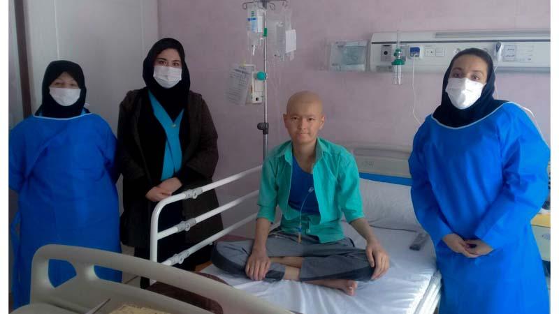 عیادت مسئول و اعضاء واحد مددکاری و روابط عمومی از آرمین عزیز ؛ بیمار مبتلا تحت پوشش راه آسمان