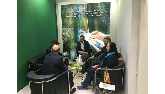 بازدید شرکت سهند صادق پور؛ دیزاینر و طراح برتر کشور در تهران از غرفه