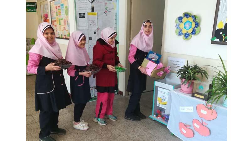 شرکت دانش آموزان دبستان شاهد در پویش جمع آوری درب پلاستیکی جهت خرید دستگاه ماموگرافی