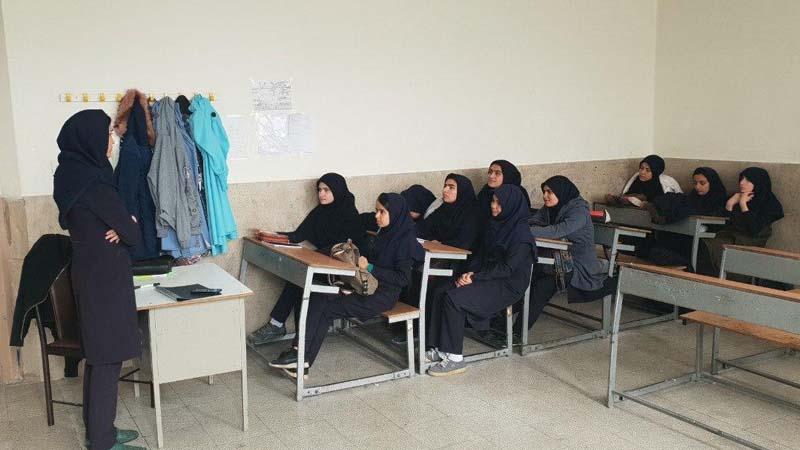 جلسه آموزشی تاثیر دخانیات و قلیان بر افزایش سرطان برای دانش آموزان هنرستان فامیلی