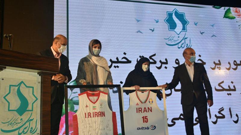 اهدا توپ و پیراهن های امضاء شده توسط تیم ملی بسکتبال کشور به بنیاد