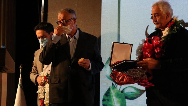 اهدا مدال قهرمانی کشتی توسط جهان پهلوان حاج محمدرضا طالقانی به بنیاد